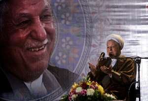 عده ای گرامیداشت آیت الله هاشمی در مشهد را مذموم می دانند.